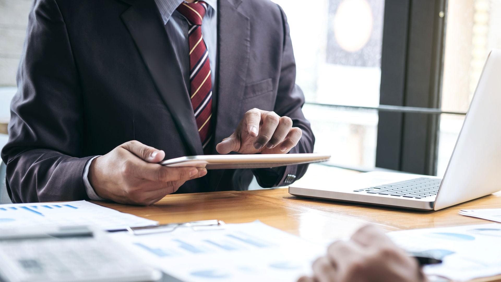 Personas trabajando en una mesa de reunión