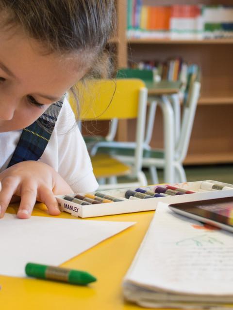 alumna del colegio ceu sevilla dibujando en una clase