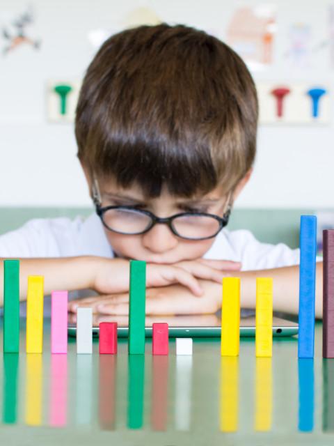 Alumno educación primaria estudiando