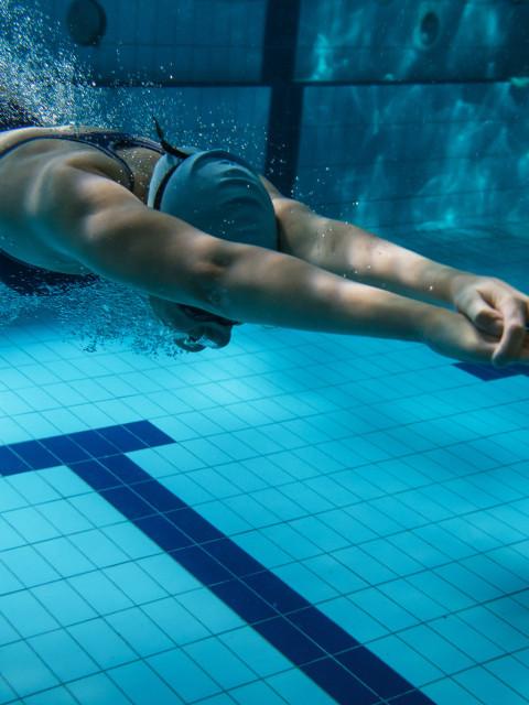 alumna de posgrado de deporte en piscina buceando
