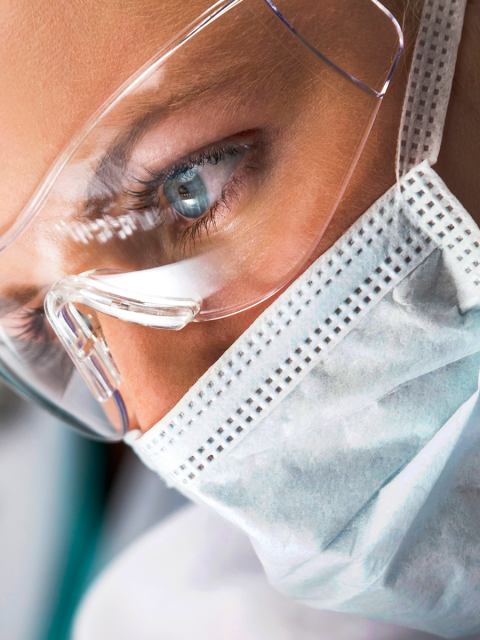 profesional sector salud trabajando