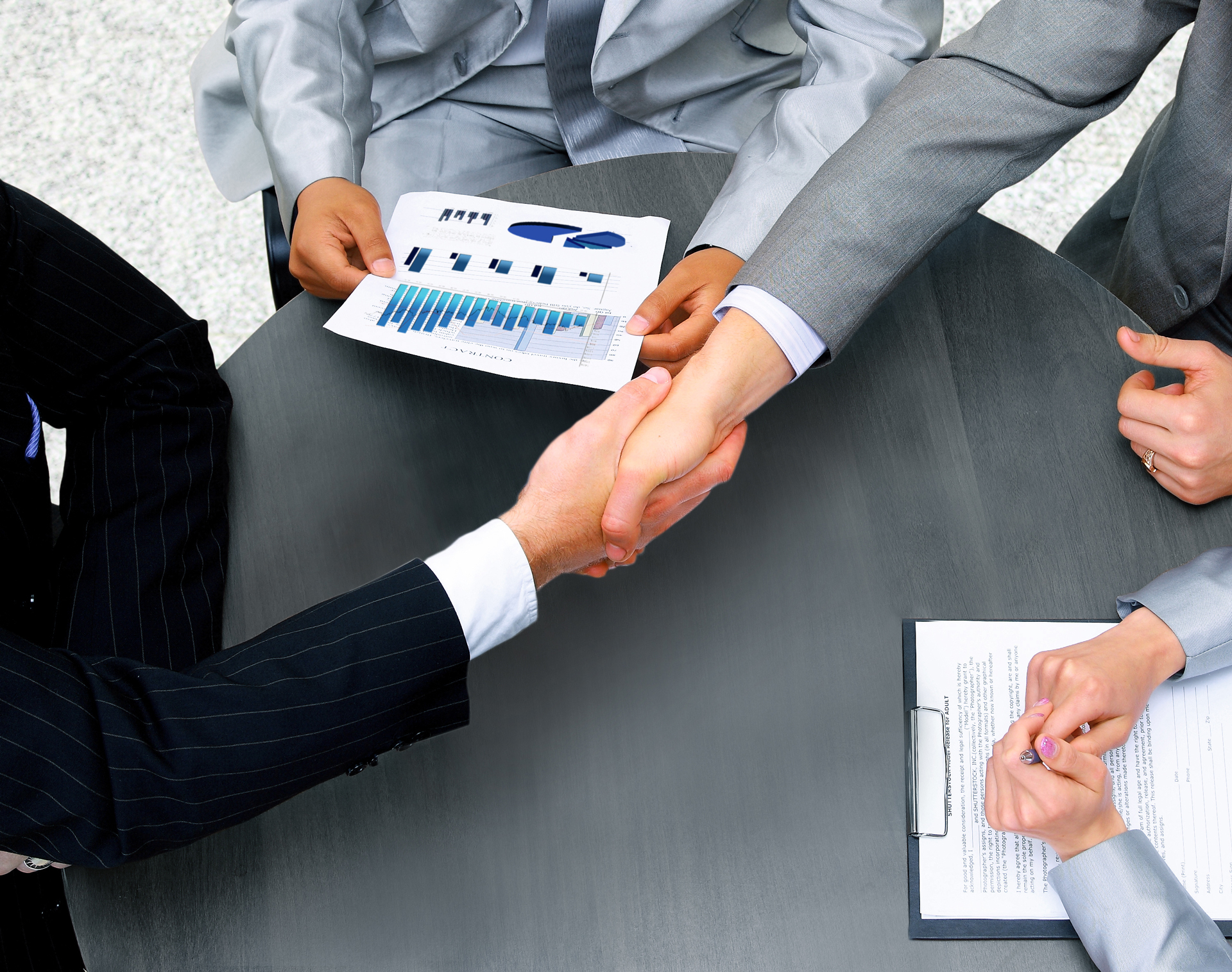 Acuerdo entre cuatro personas para la gestión de ventas y espacios comerciales