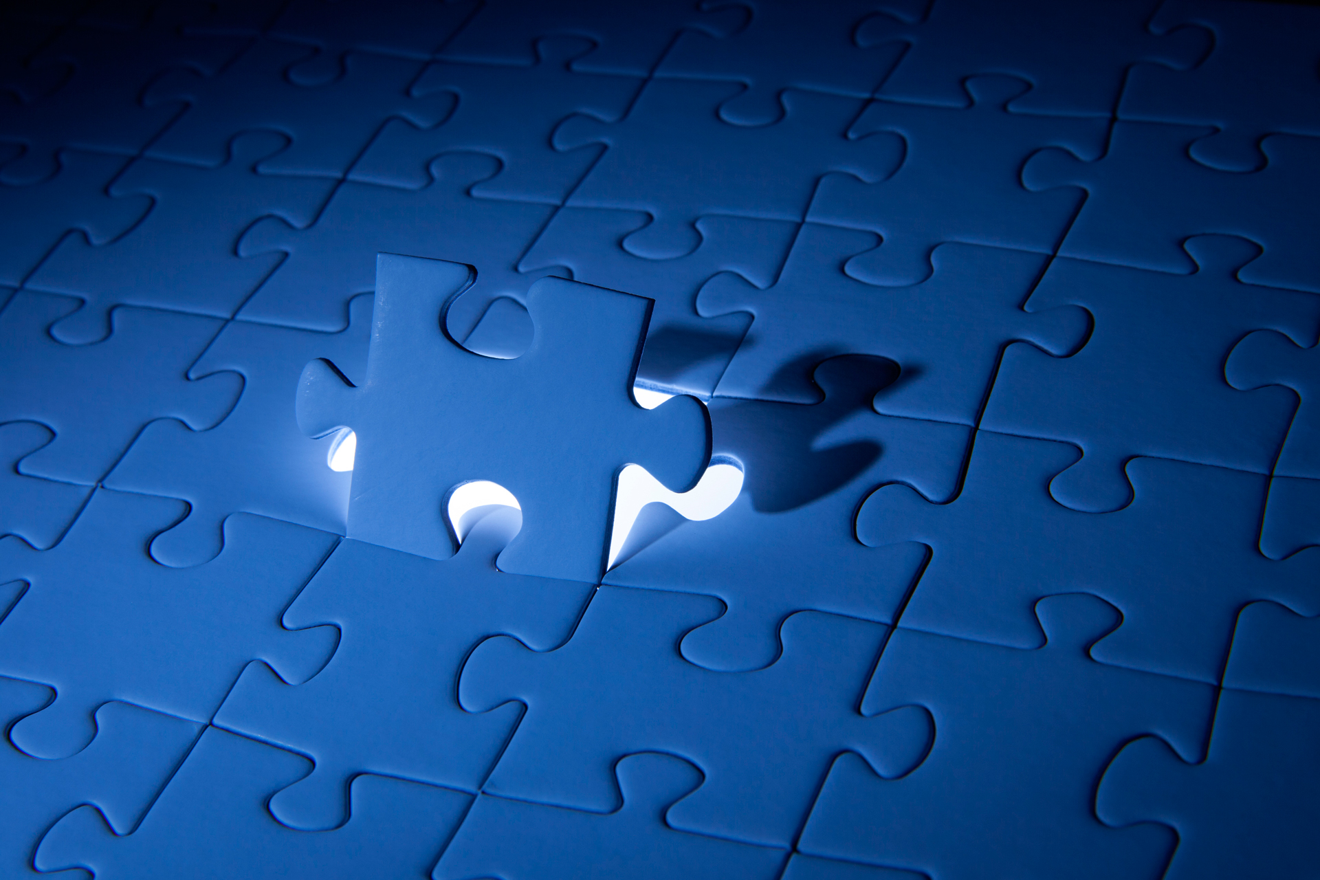 Imagen de un puzzle donde se encaja la ultima pieza que falta