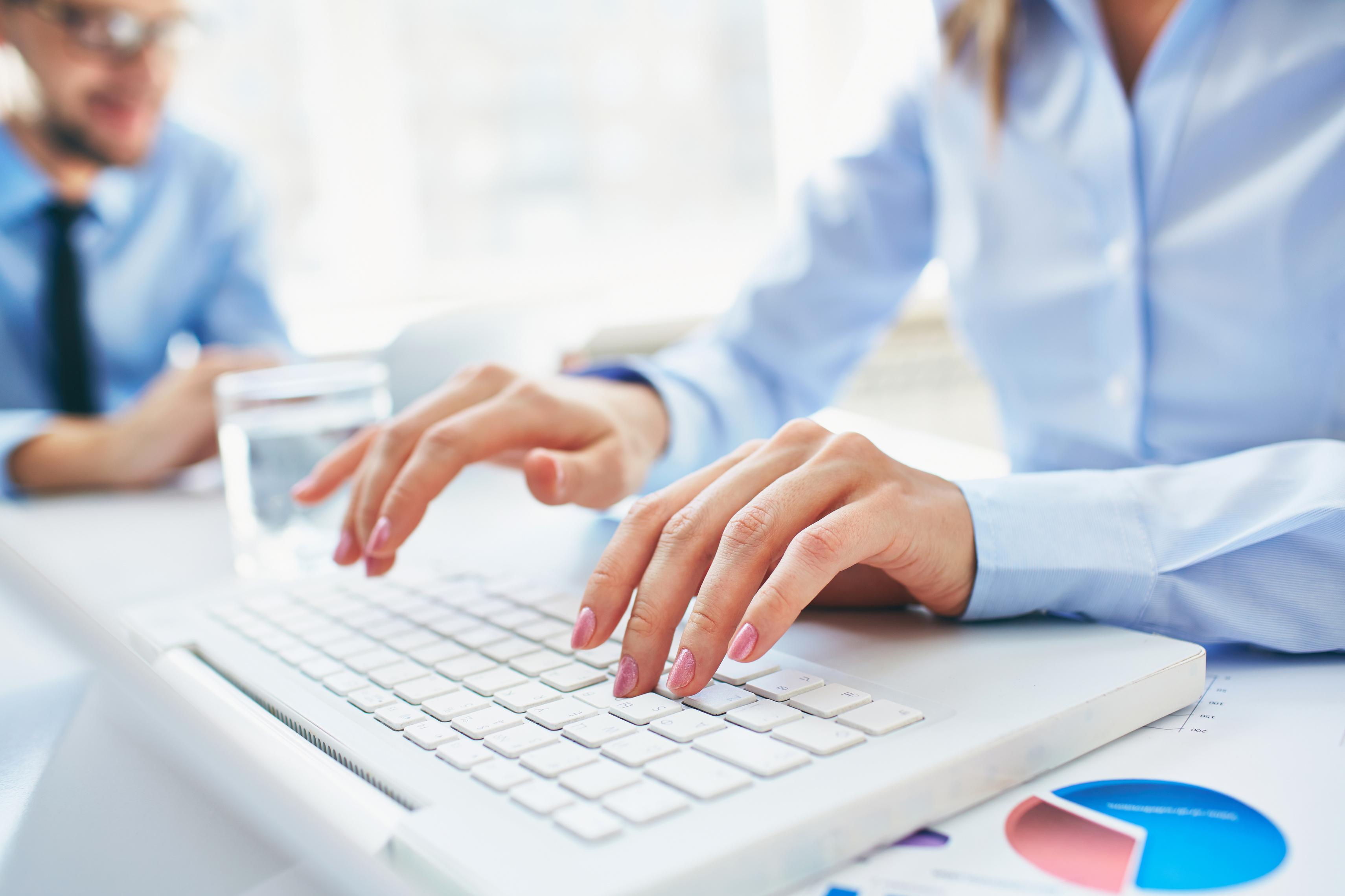 Mujer trabajando como asistente a la dirección de una empresa