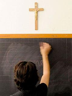 Alumno escribiendo en la pizarra