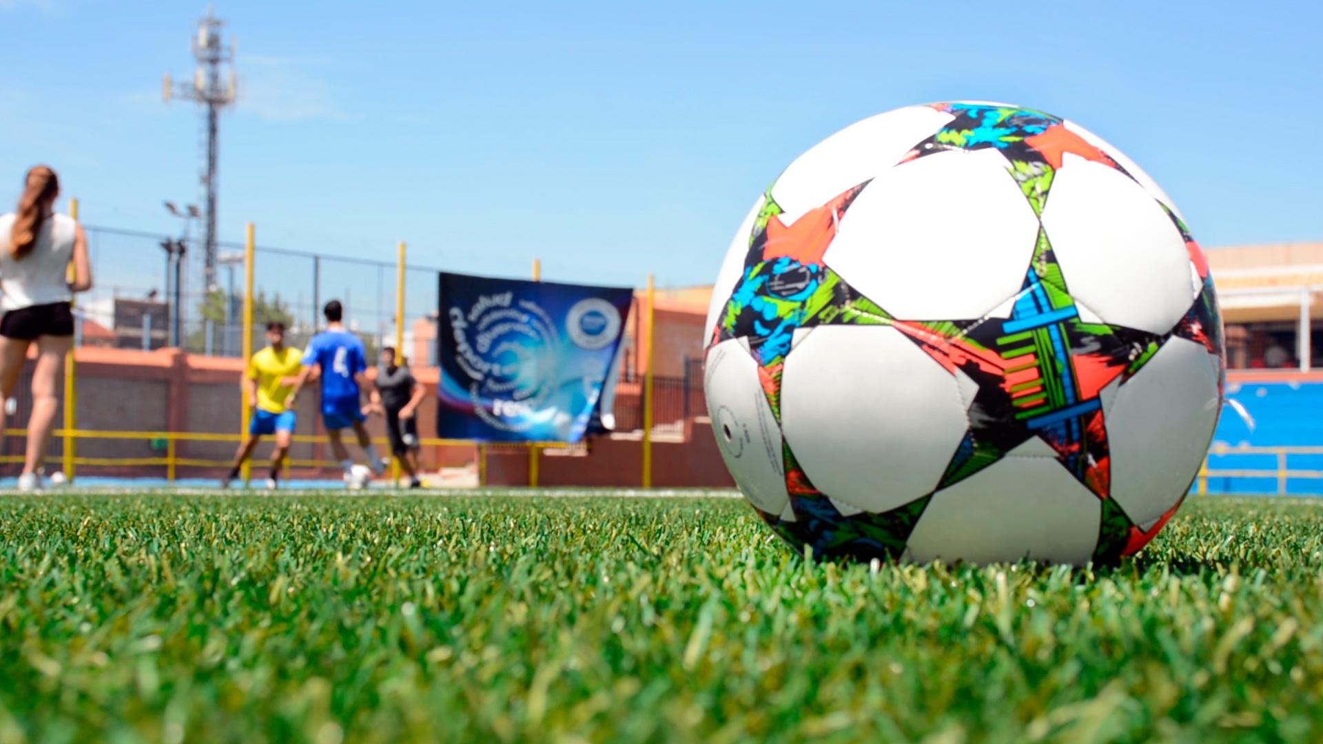 Alumnos del grado de deporte jugando al futbol