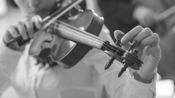 Violinista afinando el instrumento