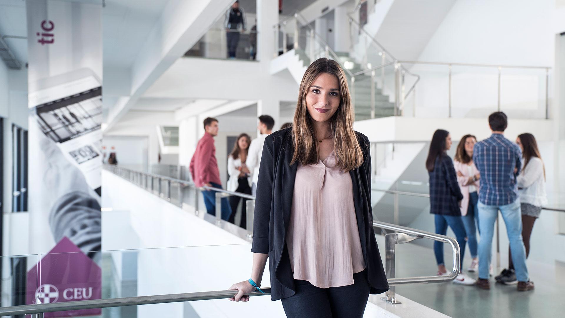 Alumna en un pasillo de las instalaciones de CEU Andalucía