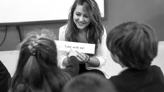 Alumna de educación primaria en clase aprendiendo a leer